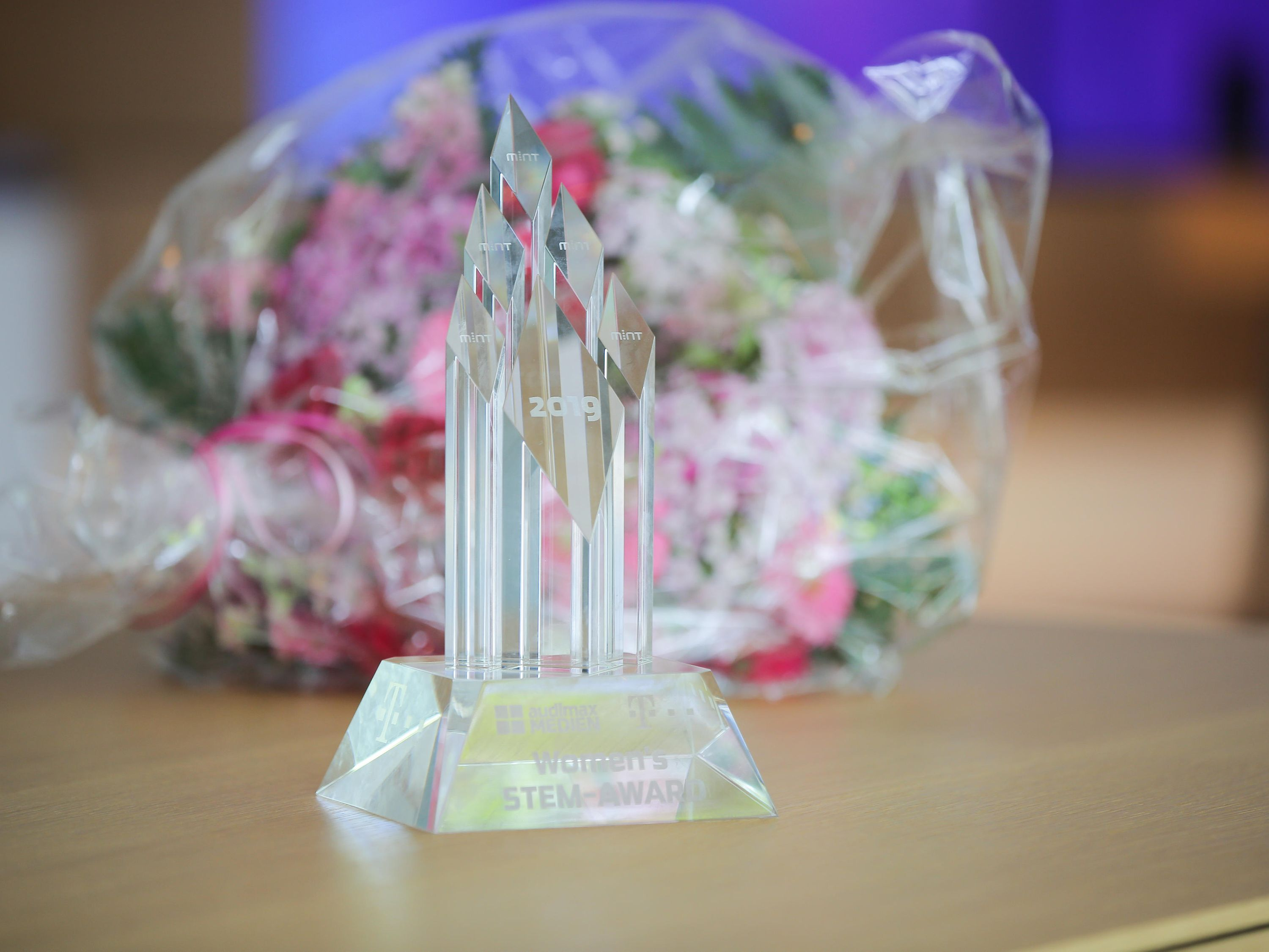 A coveted prize and only for women: A glass trophy and 3,000 euros for the best STEM thesis.