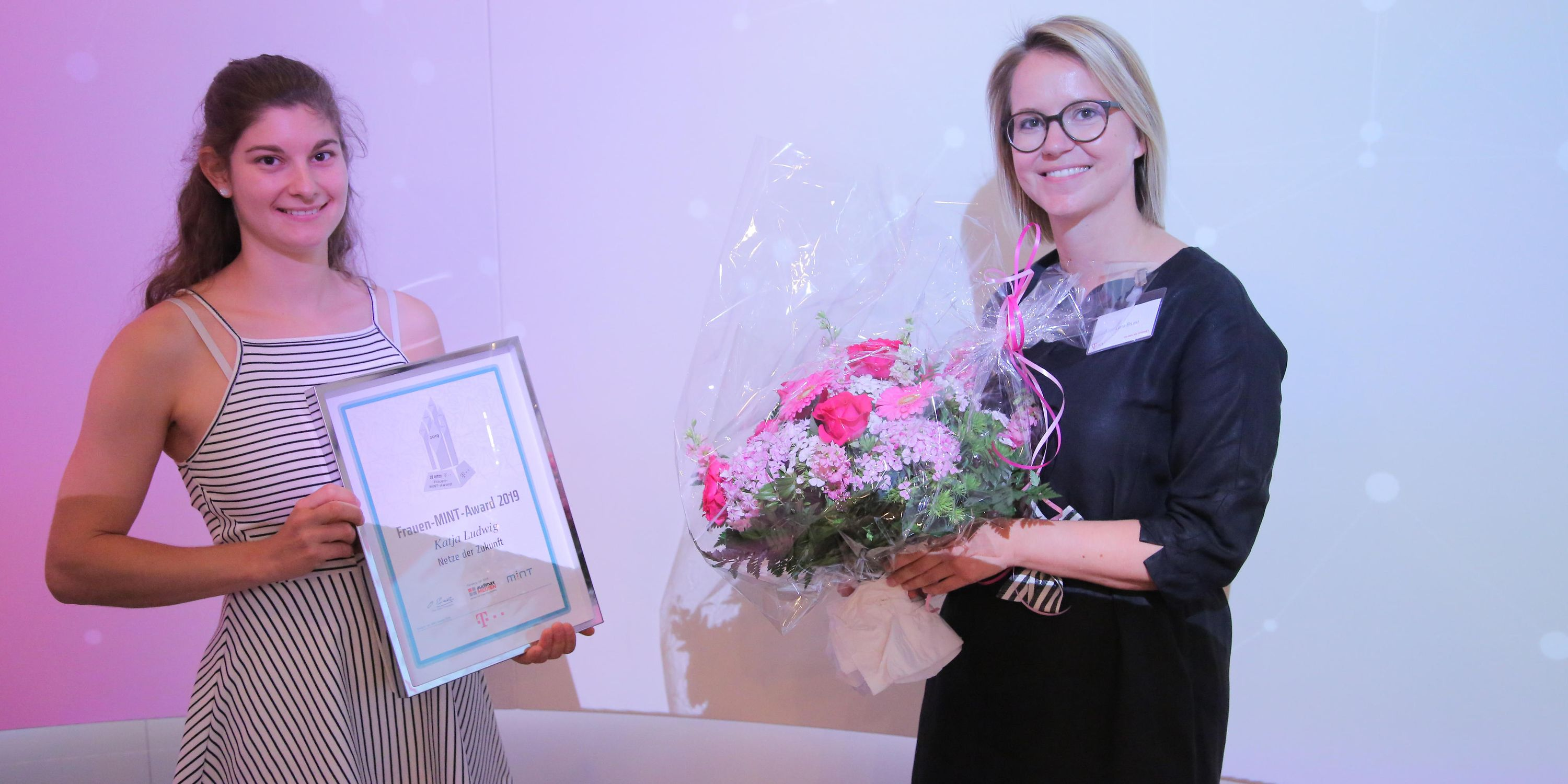 Our happy winner Katja Ludwig (left) for the category Networks of the Future with juror Anna-Lena Bruné (right)