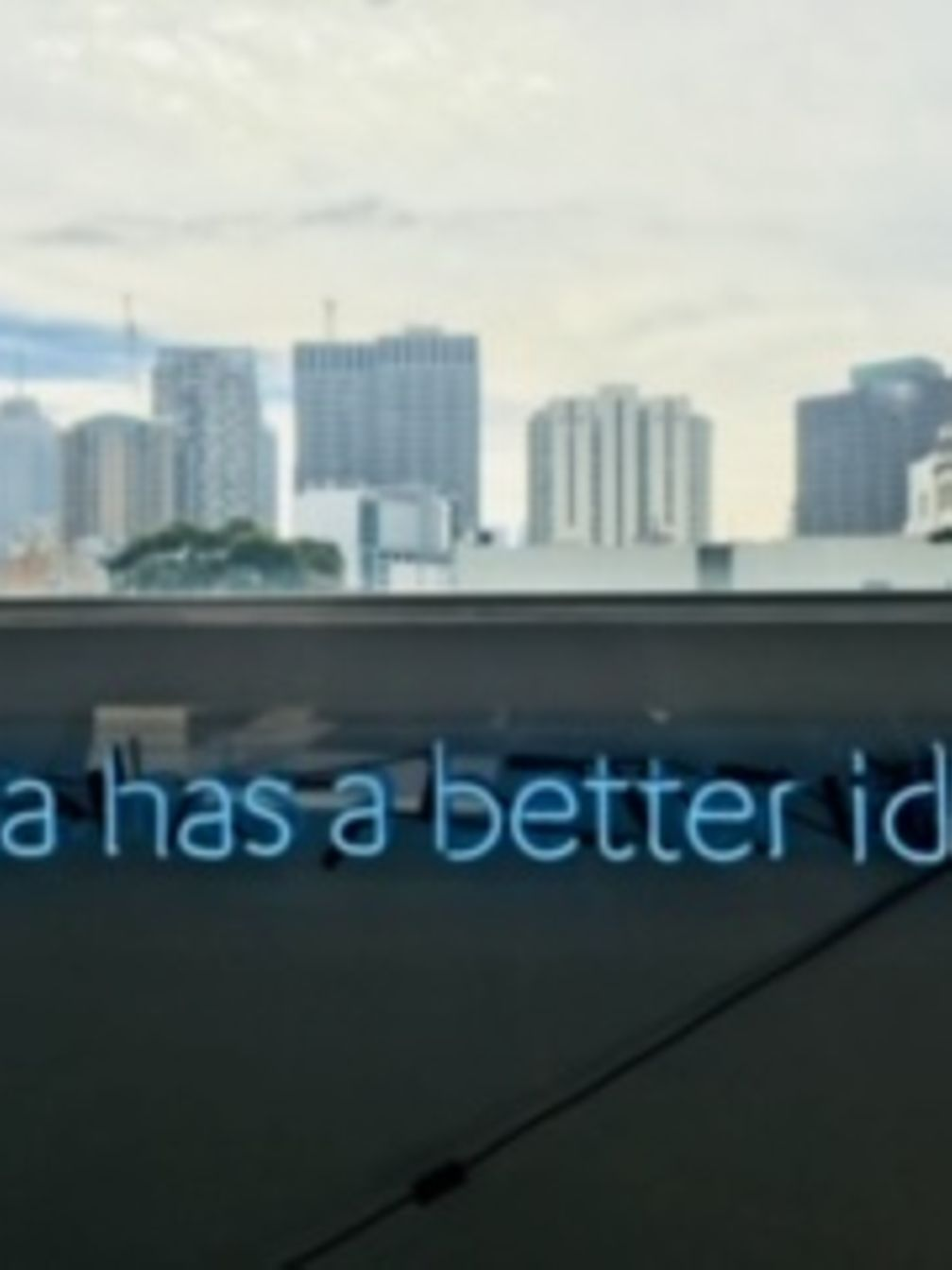 Data has a better idea in Leuchtbuchstaben vor einer Skyline