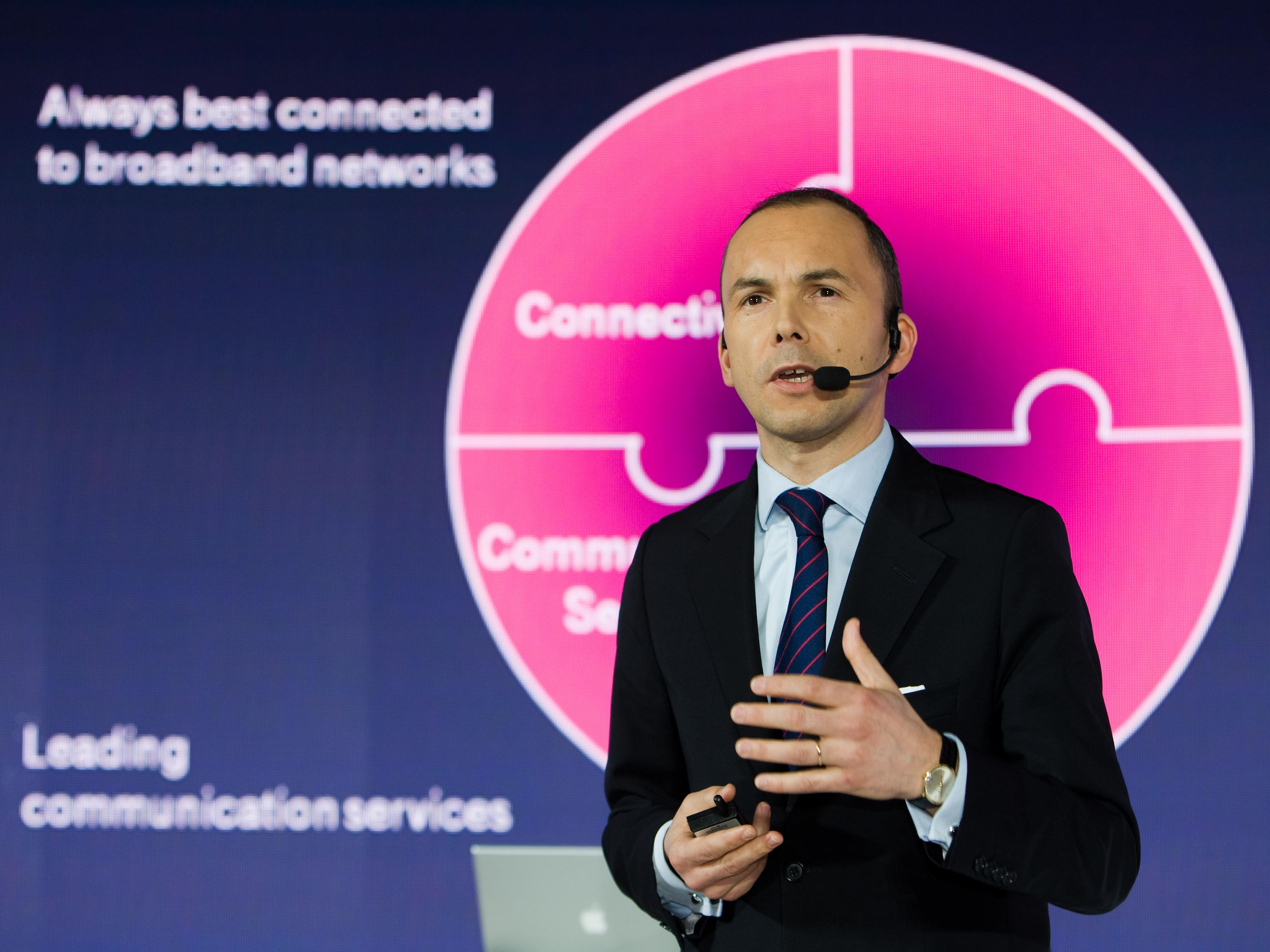 Presentation by Christoph Schläffer on the topic of connectivity.